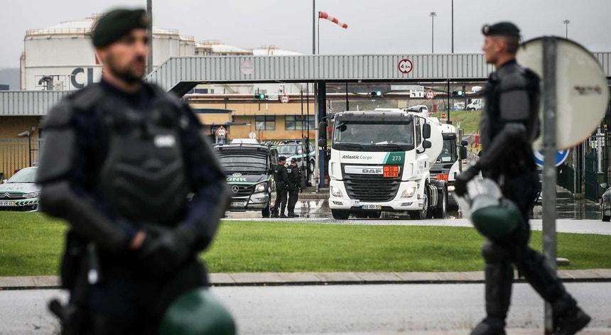 Elementos da GNR escoltam camiões que cumprem os serviços mínimos durante a greve de motoristas de matérias perigosas, junto à Companhia Logística de Combustíveis, em Aveiras