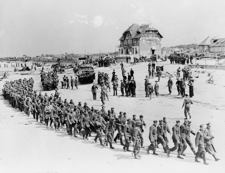 Prisioneiros alemães capturados pelo exército canadiano a caminho da praia de Juno para serem transportados para Inglaterra /Reuters