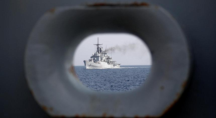 A fragata italiana Espero, vista de uma vigia do HMS Echo, durante exercícios da NATO em setembro de 2018