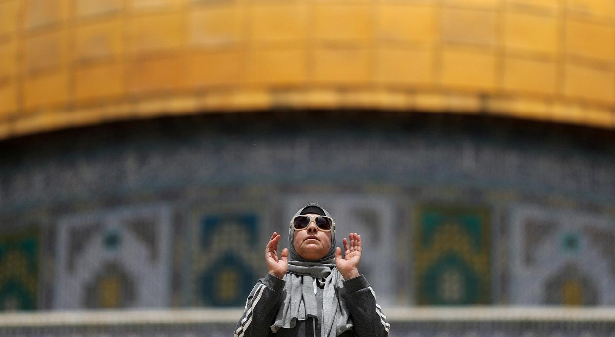 Israel. Última Sexta-feira do Ramadão. Mulher muçulmana reza junto ao Nobre Santuário | Ammar Awad - Reuters