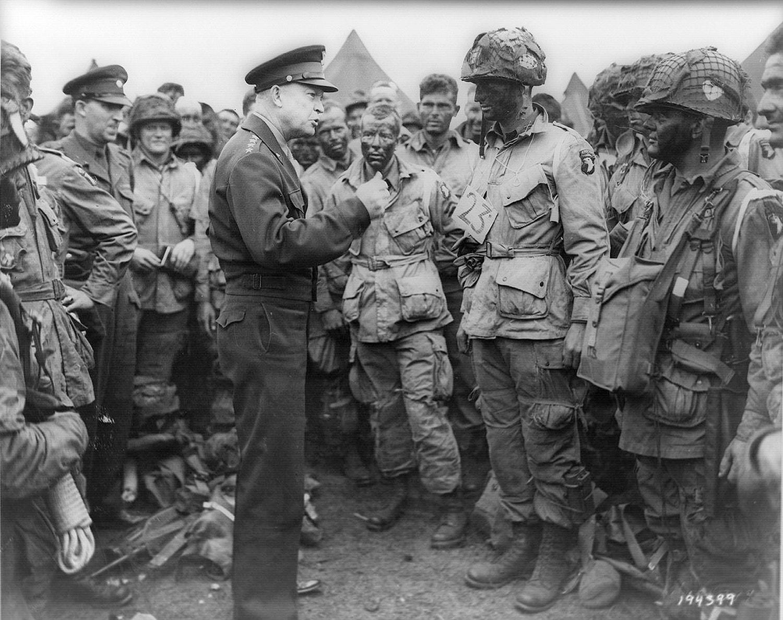 Comandante Supremo das Forças Aliadas, Dwight D. Eisenhower, fala com os paraquedistas americanos do Regimento de Infantaria Easy Company da 101ª Divisão Aerotransportada em Londres /Reuters