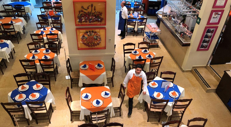 Mesas vazias dentro de um restaurante na Cidade do México / Gustavo Graf - Reuters