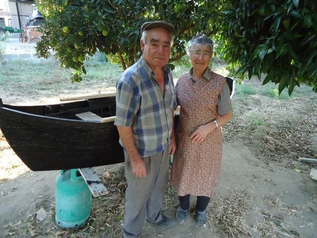 Vítor e Eulália Tomaz junto a barco Avieiro, Caneiras (Foto: Facebook Avieiros do Tejo)