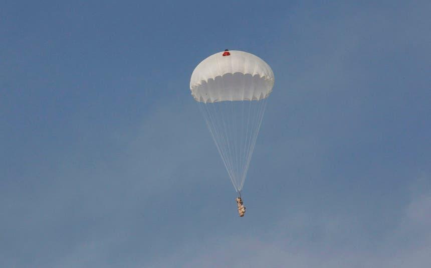Um paraquedas lançado de um avião dos EUA com munições e armas para os rebeldes sírios Foto: Reuters
