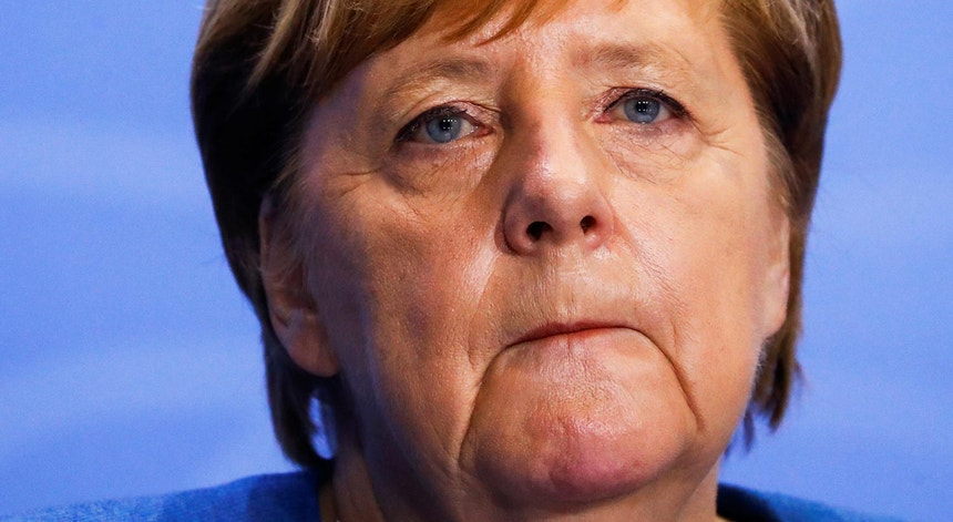 A angústia da chanceler Angela Merkel, ao anunciar novas medidas para tentar deter o ritmo exponencial de contágios do novo coronavírus na Alemanha, dia 28 de outubro de 2020