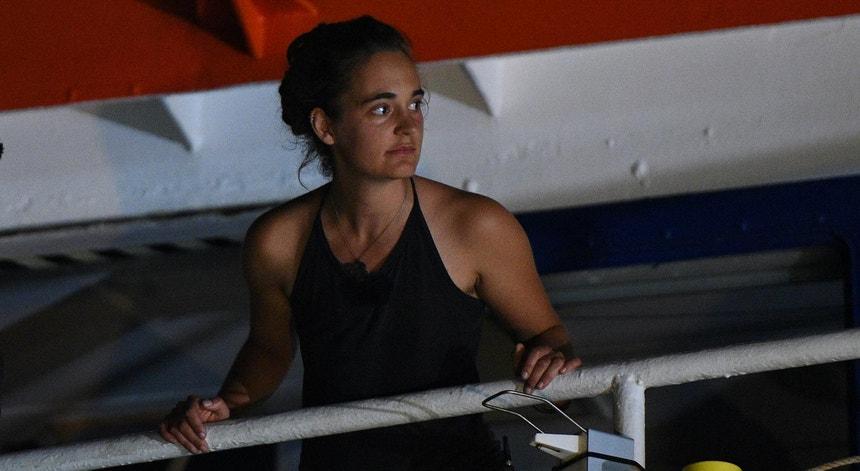 Carola Rackete, ainda a bordo do Sea Watch 3, pouco após atracar o navio no porto italiano de Lampedusa, a 29 de junho de 2019