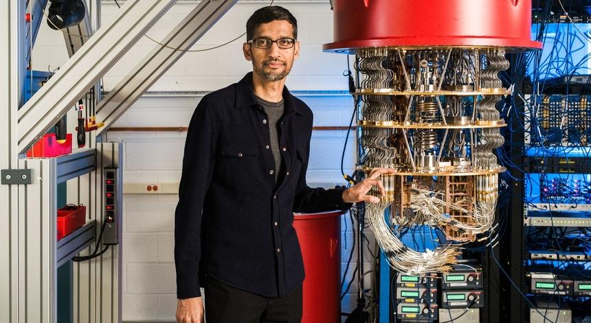 Sundar Pichai junto a um dos computadores quânticos do Google no laboratório de Santa Barbara.