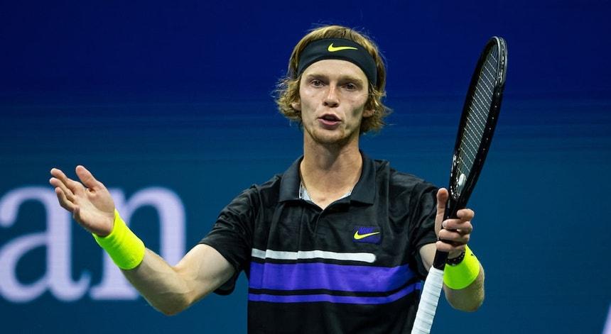 """O tenista russo ultrapassou o carismático Federer no """"ranking"""" ATP"""