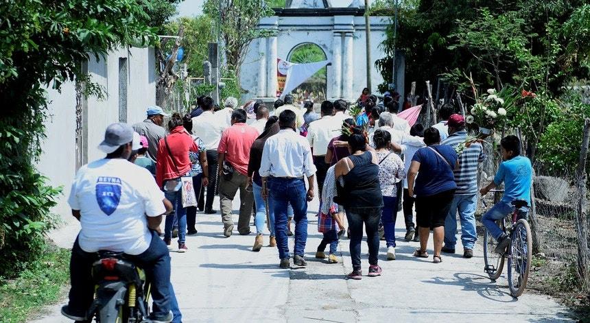 Os mexicanos já se habituaram à rotina diária de enterrar as suas vítimas