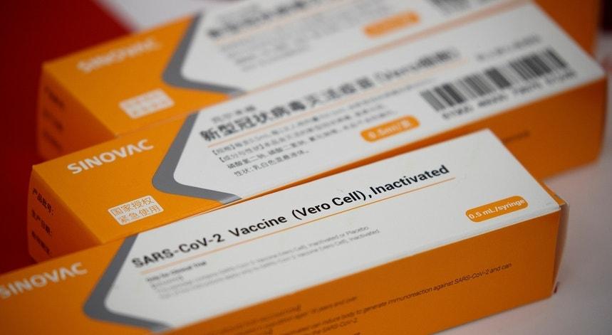 O atraso na entrega da vacina chinesa no Brasil está a provocar ruído