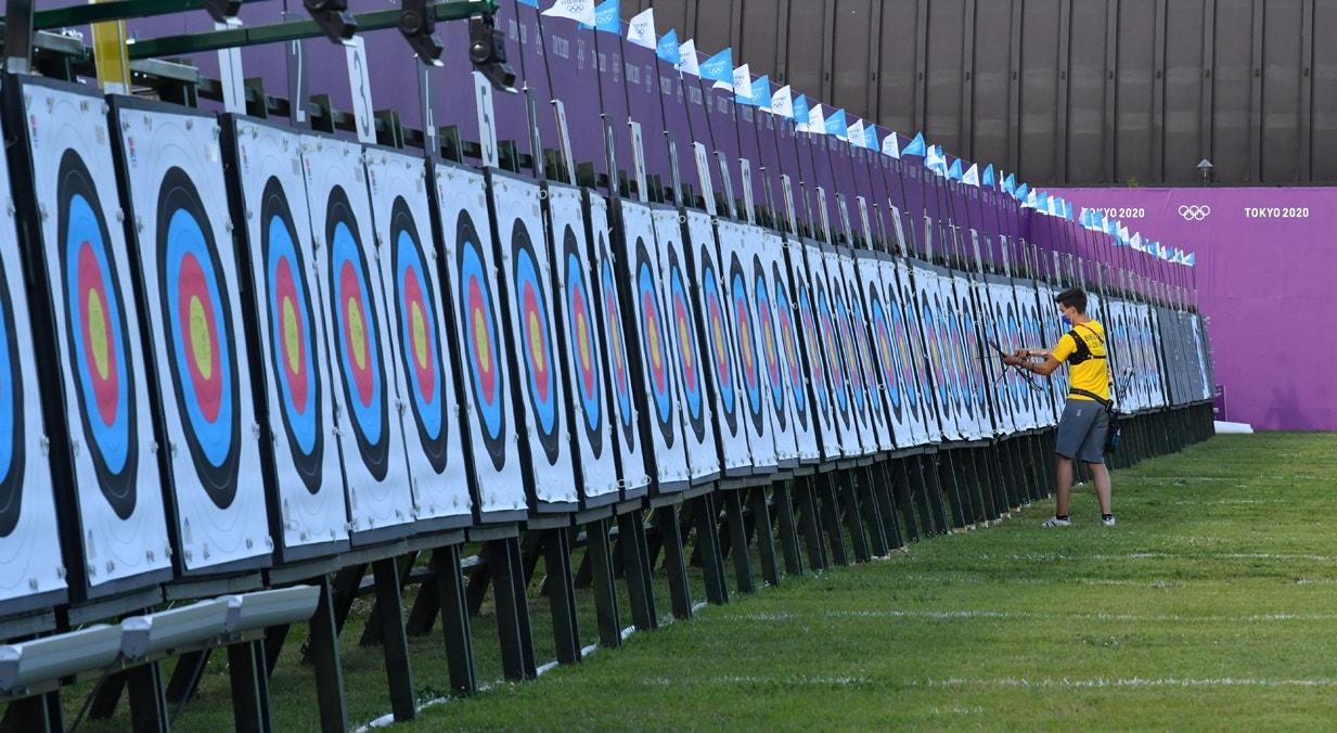 Atleta de Tiro com Arco retira flechas do alvo   Clodagh Kilcoyne - Reuters