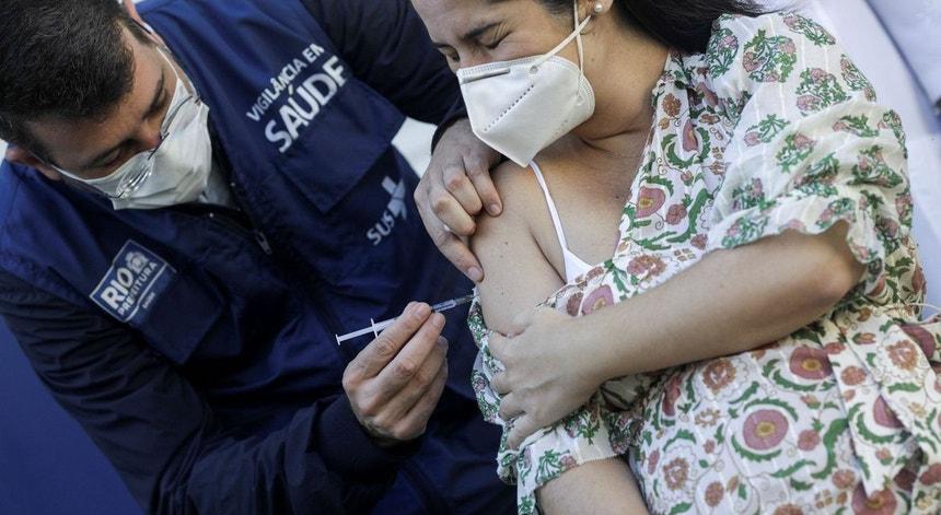 A aplicação da vacina AstraZeneca em grávidas está suspensa no Brasil