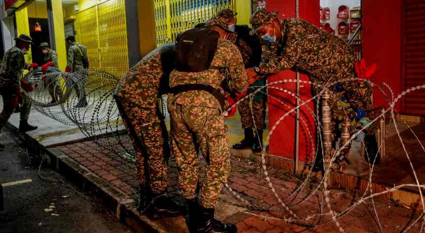 Arame farpado no combate à pandemia em Kuala Lumpur