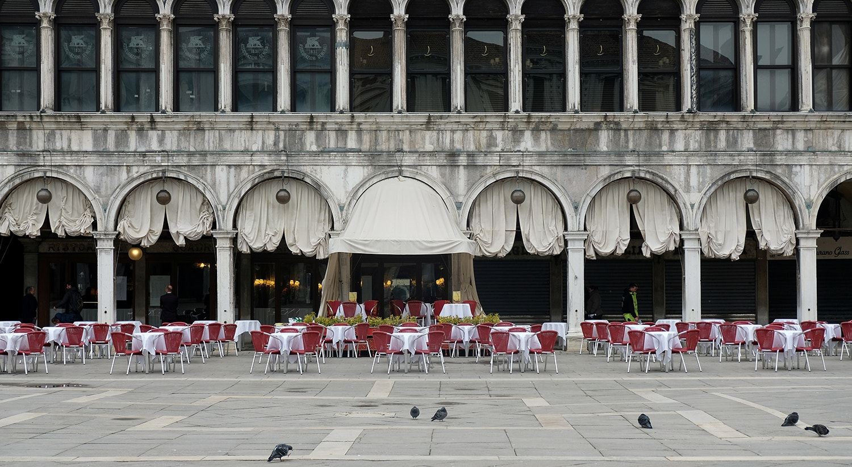 Restaurantes na Praça de São Marcos, em Veneza, vazios / Manuel Silvestri - Reuters