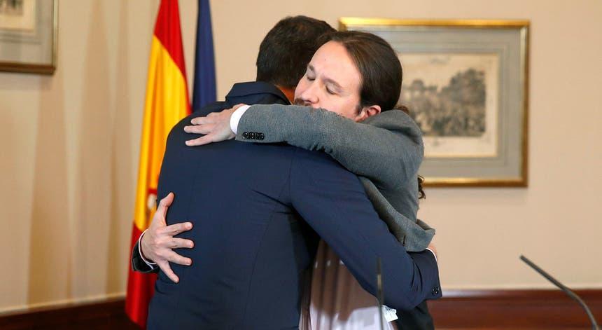 Pedro Sánchez e Pablo Iglesias festejam a assinatura do pré-acordo