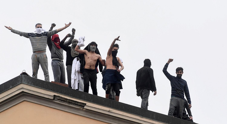 Na prisão de San Vittore, em Milão, os prisioneiros revoltaram-se depois das visitas familiares serem suspensas para prevenir o contágio de Covid-19 /Flavio Lo Scalzo - Reuters