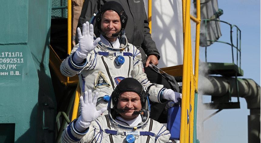 A bordo da Soyuz seguiam o astronauta americano Nick Hague e o cosmonauta russo Alexey Ovchinin