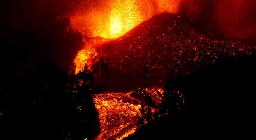 Erupção nas Canárias obriga à retirada massiva de pessoas. Governo português disponível para apoiar