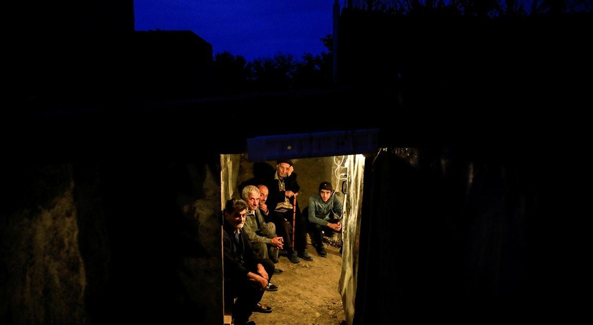Cidade de Terter, residentes em abrigo durante combates   Umit Bektas - Reuters