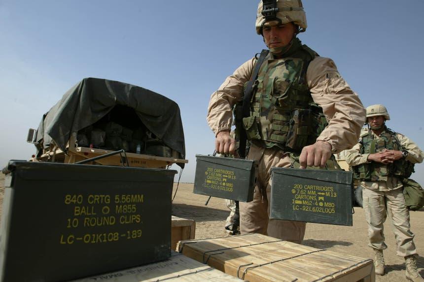 Soldados americanos carregam caixas de munições no Kuwait. Muitas dos arsenais usados pelo EI datam das Guerras do Golfo ou Irão-Iraque Foto: Reuters