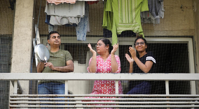 Os residentes aplaudem os que estão na linha da frente no combate à Covid-19, na Índia / Amit Dave - Reuters