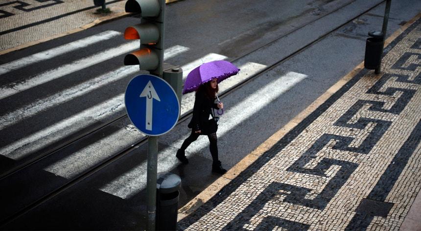 A meteorologia espera chuva persistente e localmente intensa a partir do meio da manhã desta sexta-feira