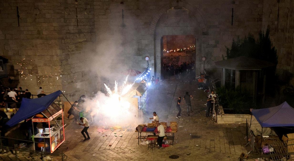 Jerusalém. Granada disparada pela polícia israelita, junto à Porta de Damasco, contra palestinianos | Ronen Zvulun - Reuters