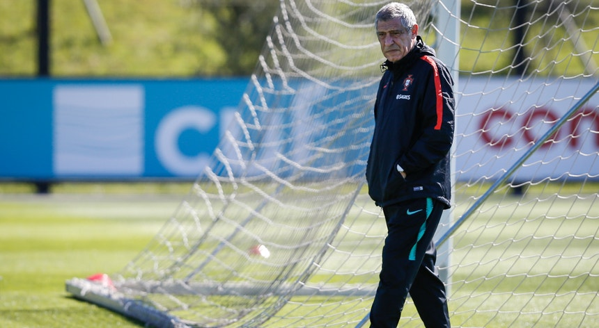 Fernando Santos não contou com Gonçalo Guedes no treino desta quarta-feira