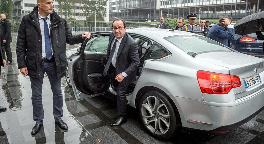 """""""É preciso deixar que os inquéritos decorram"""", sublinhou o ainda Presidente francês durante uma visita ao Instituto do Mundo Árabe, em Paris"""