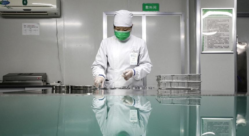 Procedimentos de desinfeção de material médico em Wuhan, na província chinesa de Hubei, epicentro do Covid-19