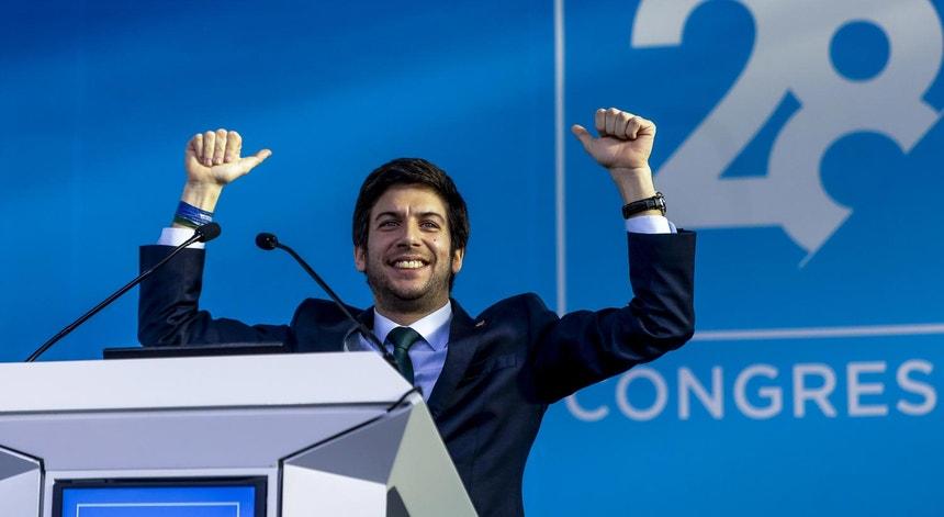 """O novo líder do CDS-PP, Francisco Rodrigues dos Santos, durante o discurso de vitória, no qual apelou à união, estendeu a mão a João Almeida e proclamou que """"à direita, lidera o CDS""""."""