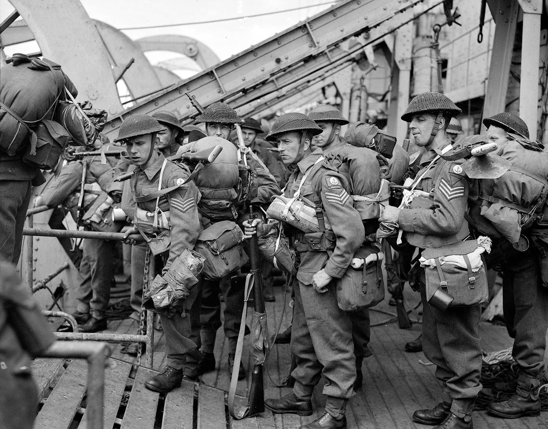 Tropas inglesas a desembarcar do navio canadiano HMCS Prince David /Reuters