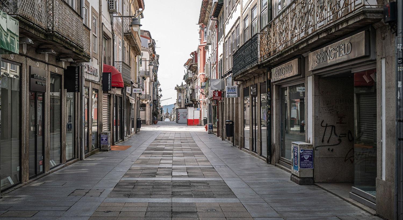 Ruas da cidade de Braga sem pessoas e comércio fechado devido à pandemia da covid-19 / Hugo Delgado - Lusa