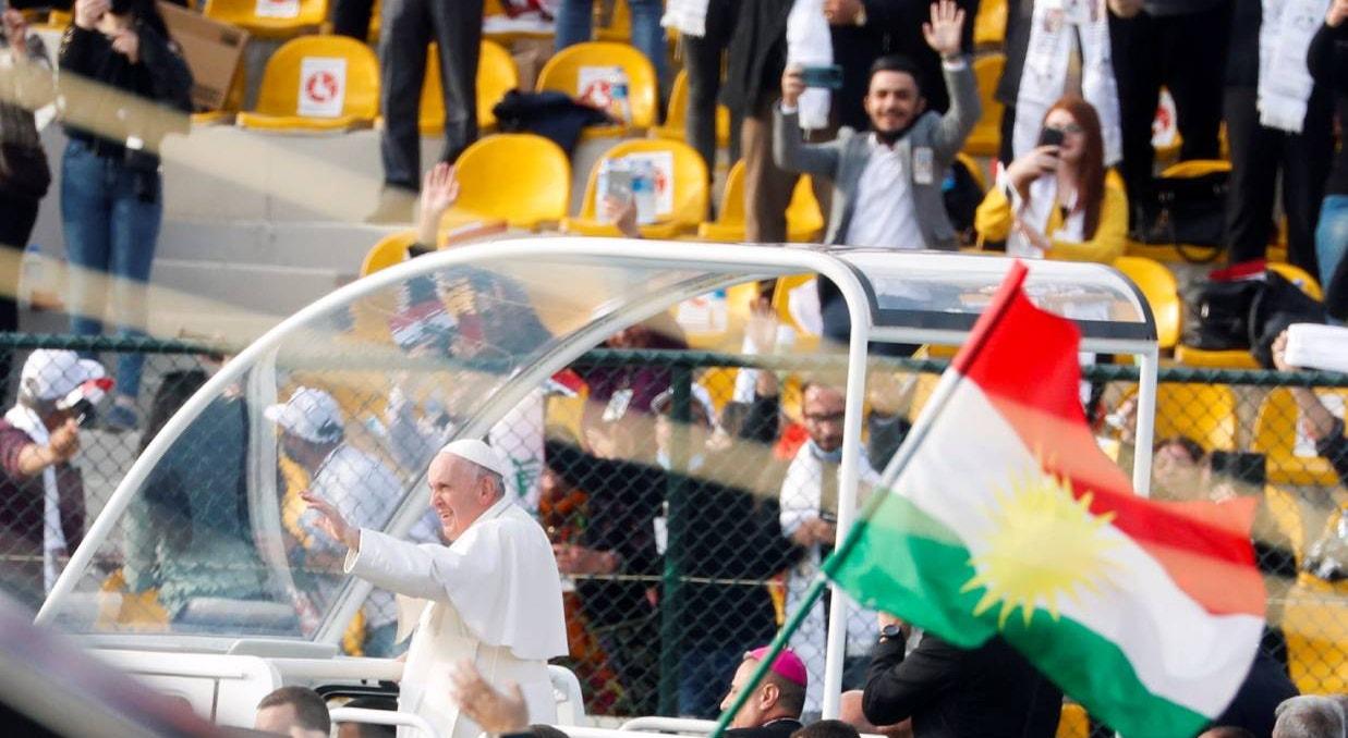 Erbil. Estádio Franso Hariri. Bandeira do Curdistão acena ao Papa | Yara Nardi - Reuters