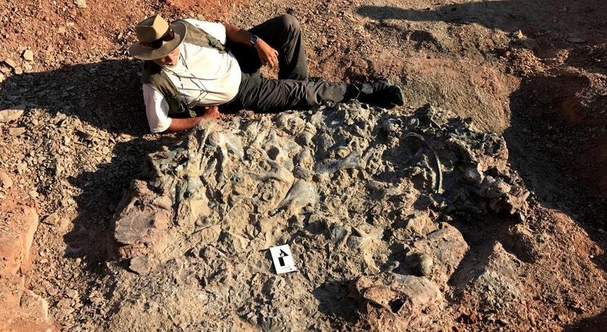 Paleontólogo argentino Ricardo Martínez ao lado do ossário milenar.