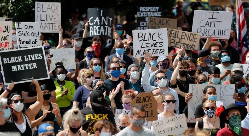 Los Angeles sem recolhimento obrigatório assistiu a manifestações pacíficas