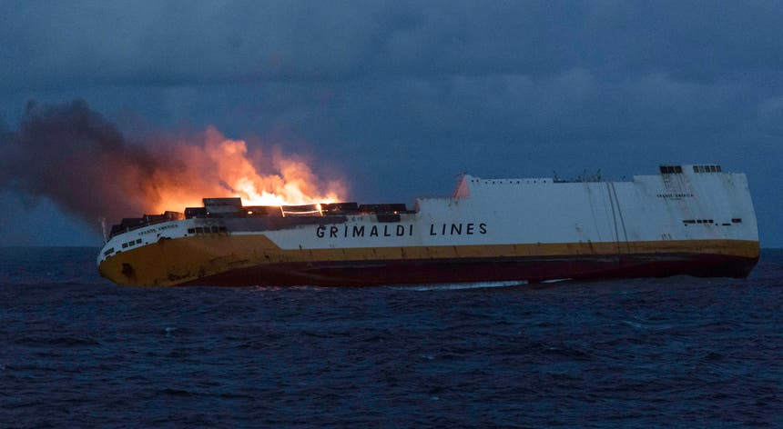 O naufrágio na terça-feira aconteceu dois dias depois do barco se ter incendiado