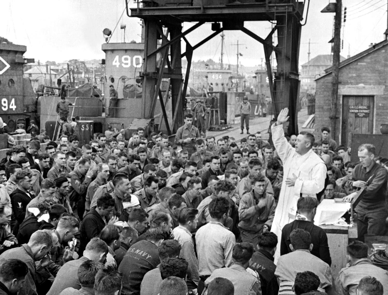 O padre americano Edward J. Waters, capelão católico de Nova Iorque numa missa campal pouco antes da saída das tropas para o desembarque /Reuters