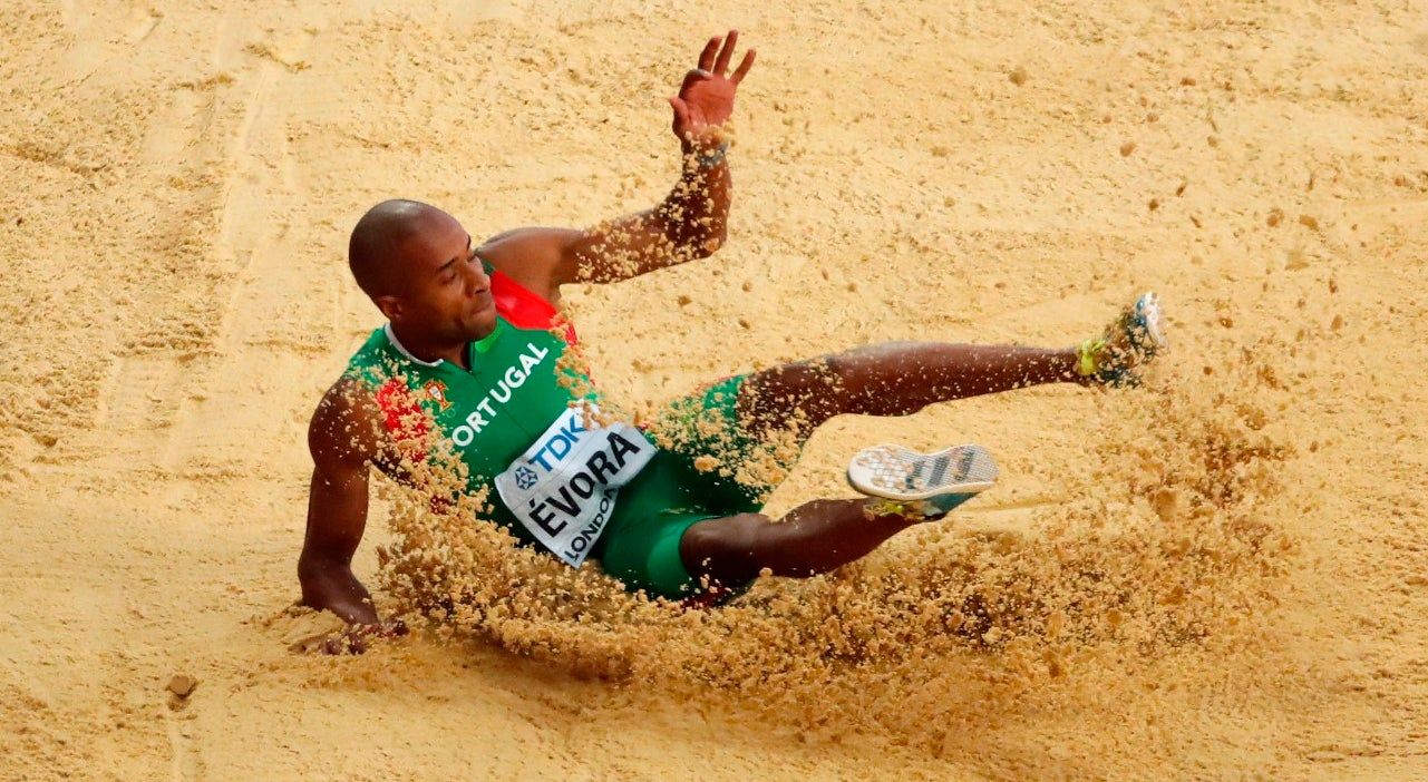 Resultado de imagem para Mundiais de Atletismo: Nelson Évora conquista bronze no triplo salto