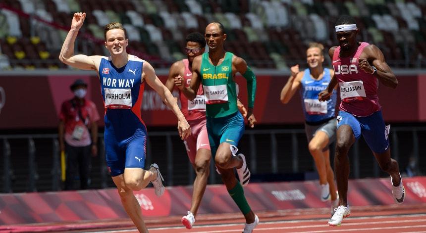 Karsten Warholm (à esquerda na foto) venceu uma corrida louca