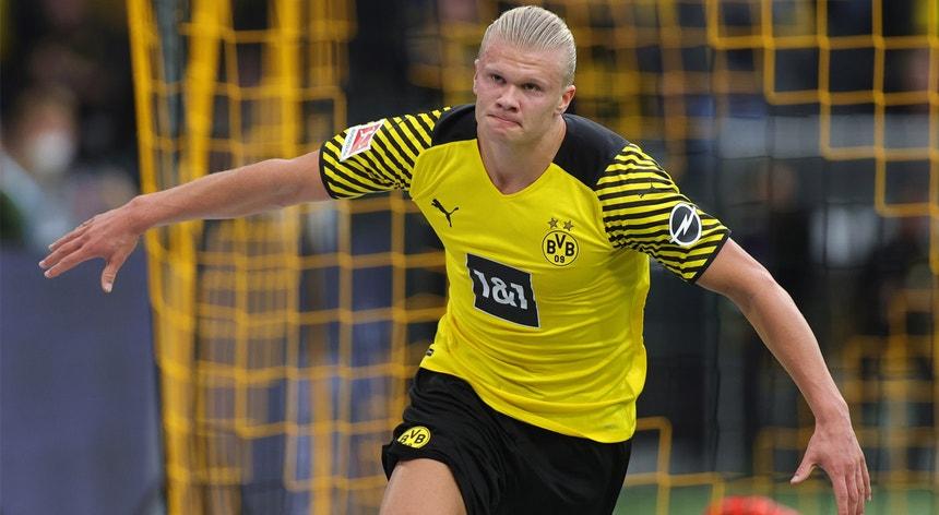 O goleador do Borussia de Dortmund Erling Haaland bisou nesta jornada e ajudou a sua equipa a manter-se no encalço do duo da frente