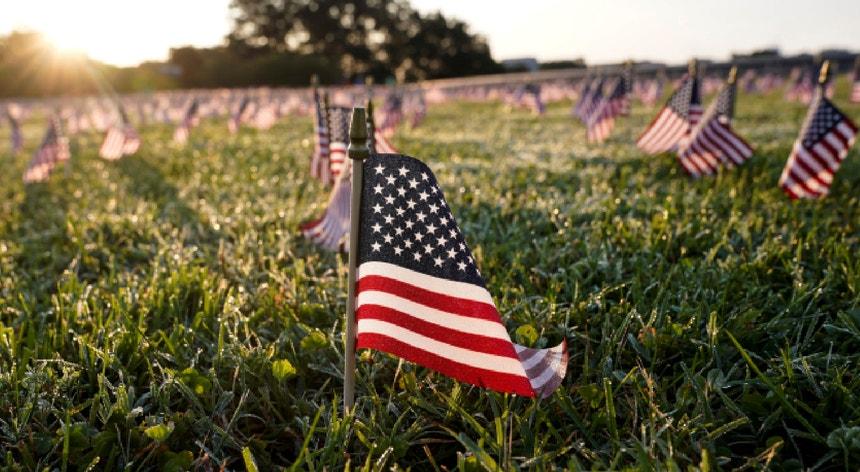 Em Washington, foram colocadas no relvado do parque National Mall 20 mil bandeiras em homenagem às 200 mil vítimas mortais nos EUA.