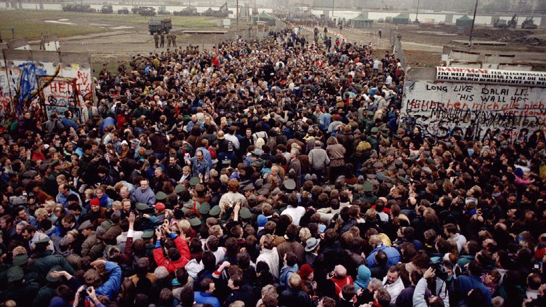 O encontro da Alemanha Ocidental e Oriental na Potsdamer Platz. 12 de novembro de 1989 | Wolfgang Rattay - Reuters