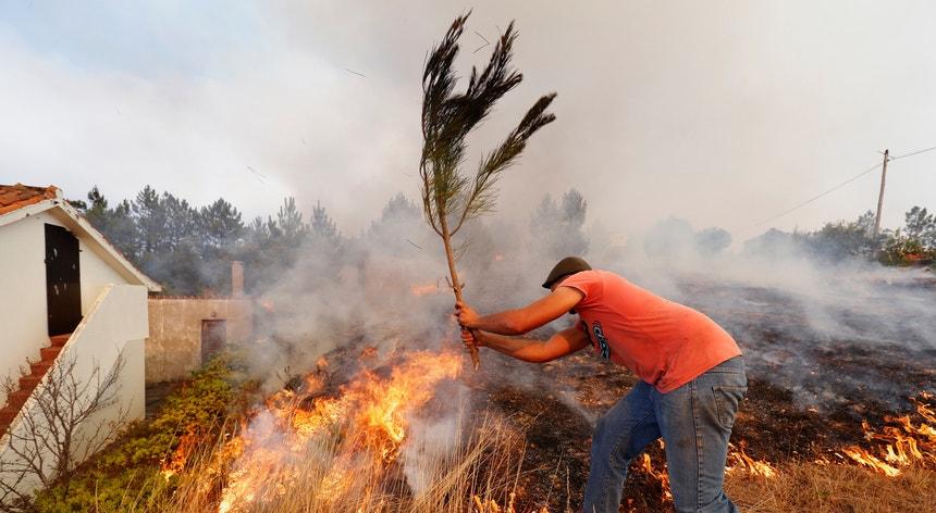 O relatório preliminar, a que a RTP teve acesso, concluiu que mesmo em contacto com o fogo as golas ficam perfuradas, mas a chama não se sustenta