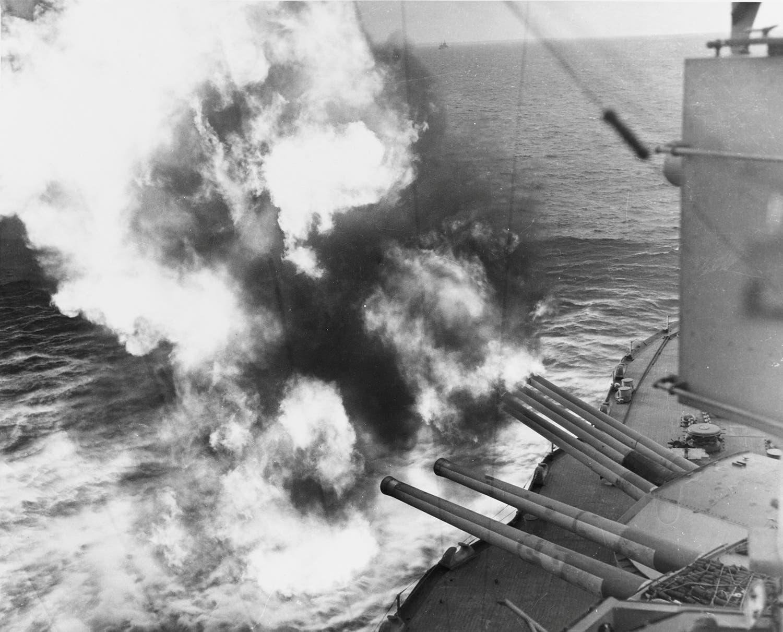 Navio de guerra USS Nevada em frente da praia de Utah /Reuters