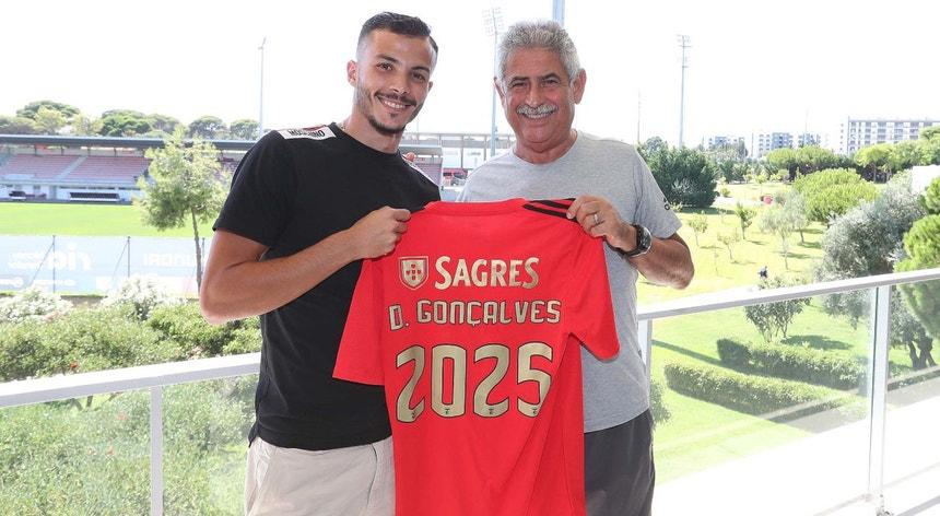 Diogo Gonçalves com o presidente Luís Filipe Vieira após a renovação do contrato