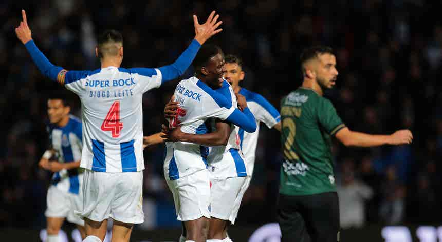 Resumo. Porto goleia Coimbrões e segue em frente na Taça