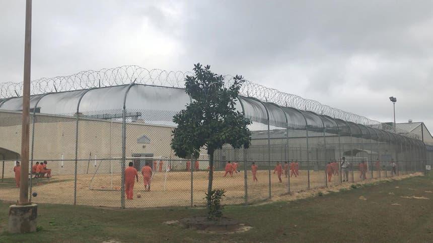 O Centro de Detenção de Irwin County, Georgia, EUA, é gerido como uma prisão. Na imagem, alguns imigrante ilegais jogam futebol Foto Reuters
