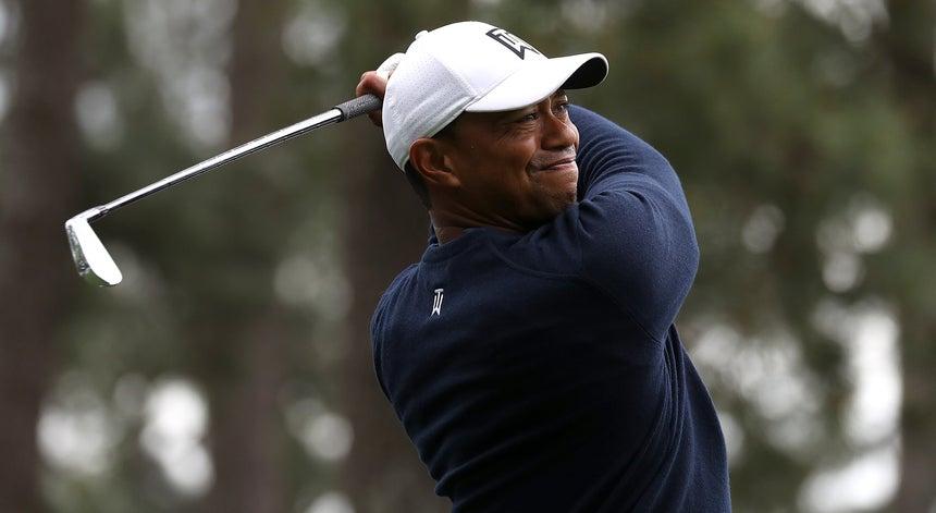 7fe07fdab Tiger Woods a uma pancada da liderança do Masters de golfe - Outras ...