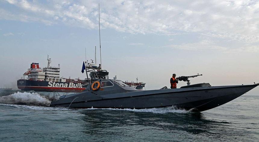 Um barco da Guarda Revolucionária do Irão no momento em que é capturado navio com bandeira britânica no estreito de Ormuz. Situação aumentou a tensão com o Reino Unido